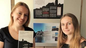 Jacqueline Wick und Gianna Schläpfer zeigen ihre neuen Stadtführer mit den drei Kriminalfällen aus dem Städtchen.