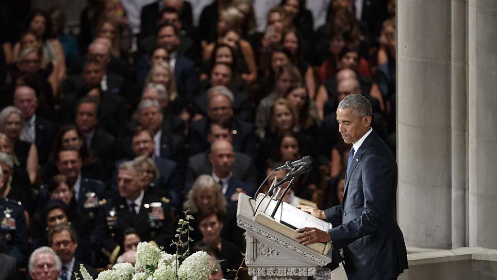 Die früheren US-Präsidenten Obama und Bush waren auf persönlichen Wunsch McCains als Trauerredner zu der Zeremonie geladen worden. Nicht eingeladen war dagegen US-Präsident Trump.
