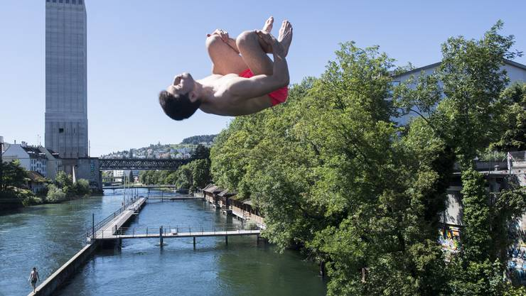 Auch wenn es heiss ist: Der Sprung in die kalte Limmat (hier beim Schwimmbad Unterer Letten) braucht noch Überwindung.