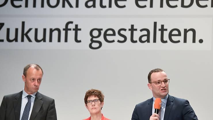 CDU-Generalsekretärin Annegret Kramp-Karrenbauer hat im Rennen um den CDU-Vorsitz in Deutschland laut einer Umfrage ihren Vorsprung auf die Konkurrenten Friedrich Merz (links) und Jens Spahn ausgebaut.