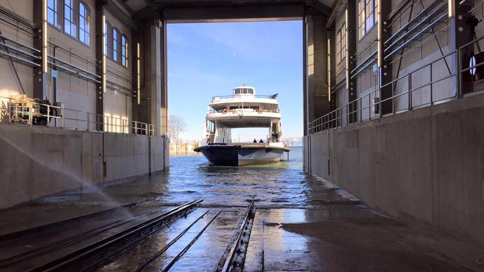 Bei strahlendem Sonnenschein läuft die MF Romanshorn in die Werft ein. Bis Ende April werden ihr zwei neue Motoren eingebaut.
