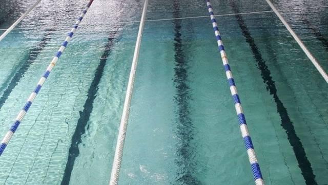 Laut Gericht besteht ein grosses öffentliches Interesse an der Teilnahme aller Kinder am Schwimmunterricht der Schule (Symbolbild)