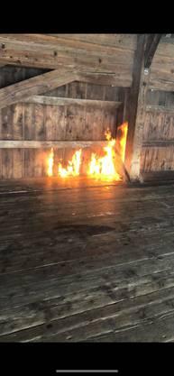 Der Brand auf der Oltner Holzbrücke bricht am Mittwochmorgen aus.