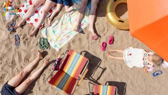Mehr Schweizerinnen und Schweizer als noch vor einigen Wochen wollen ihre Sommerferien im Ausland verbringen – viele zieht es nach Griechenland, Zypern oder auf die Kanaren.
