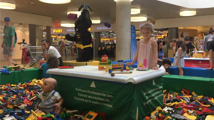 Luca (9 Monate) sitzt gemütlich im «Lego-Pool». Dea (4) hingegen hat grosse Pläne: «Ich baue einen Spielplatz.»