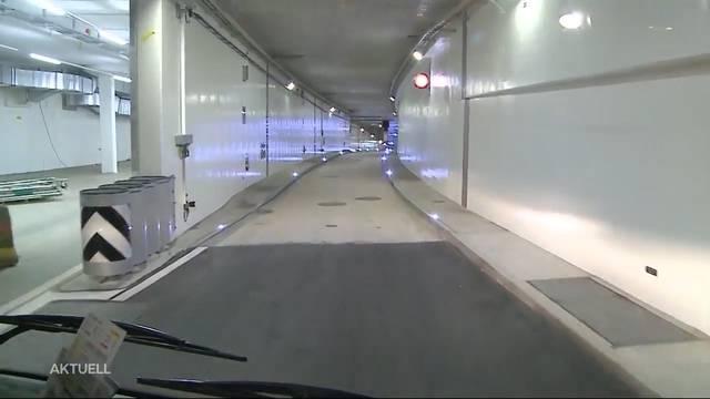 Der erste Bus fährt durch den Badener Schulhausplatz-Tunnel