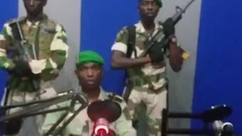 Fernseh-Bild der Putschisten in Libreville, wie sie ihre Ankündigung vorlesen, zuvorderst ein gewisser Lt. Obiang Ondo Kelly, Kommandant der Republikanischen Garde.