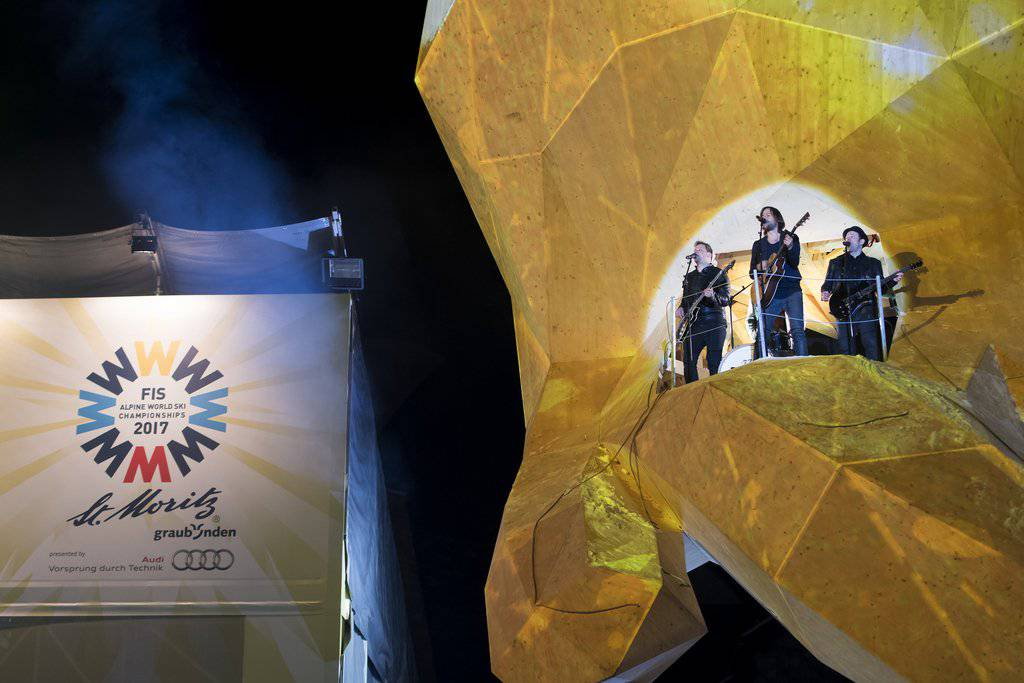 Bei der WM-Eröffnungsfeier spielten «77 Bombay Street» in der riesigen Skifahrer-Statue «Edy». (Archivbild: Jean-Christophe Bott)