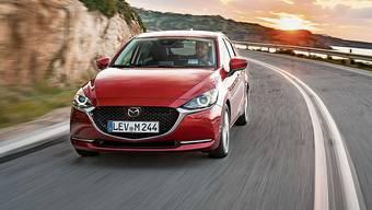 Neue Wabenmuster im Frontgrill, schmalere Scheinwerfer und eine prägnantere Chromschwinge sind die äusseren Merkmale des Mazda2.