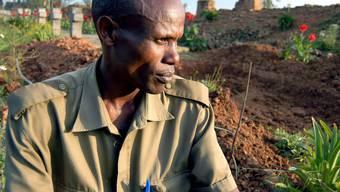 Ein Überlebender des Völkermordes steht 2004 neben den Ruinen der zerstörten Kirche in Nyange (Archiv)