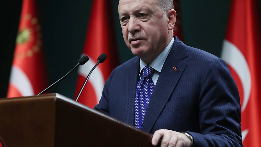 Der türkische Präsident Recep Tayyip Erdogan verschärft angesichts steigender Neuinfektionen die Massnahmen zur Eindämmung des Coronavirus. (Archivbild)