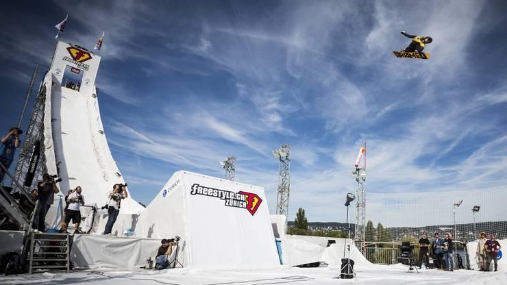 32 Meter hoch ist die Big-Air-Schanze, über die sich die Snowboarder im letzten Jahr in die Tiefe stürzten.