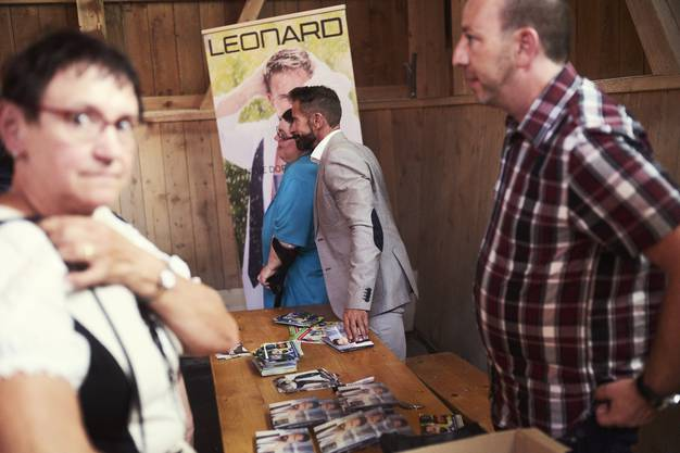 Leonard stellt sich für Selfies hin, verkauft CDs und gibt Autogramme.
