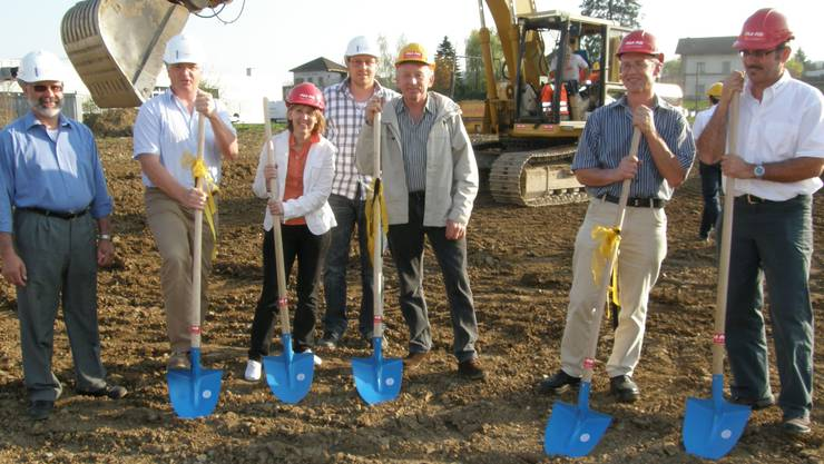 Die Verantwortlichen der Landi Freiamt und der Planungsfirma Erni führten mit Frau Gemeindeammann Marliese Müller aus Bünzen den Spatenstich aus (ba)