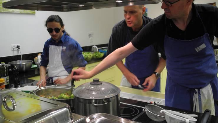 Tag der offenen Tür im Bildungs- und Begegnungszentrum – Blinde und Sehbehinderte kochen ein Mittagessen für die Gäste.