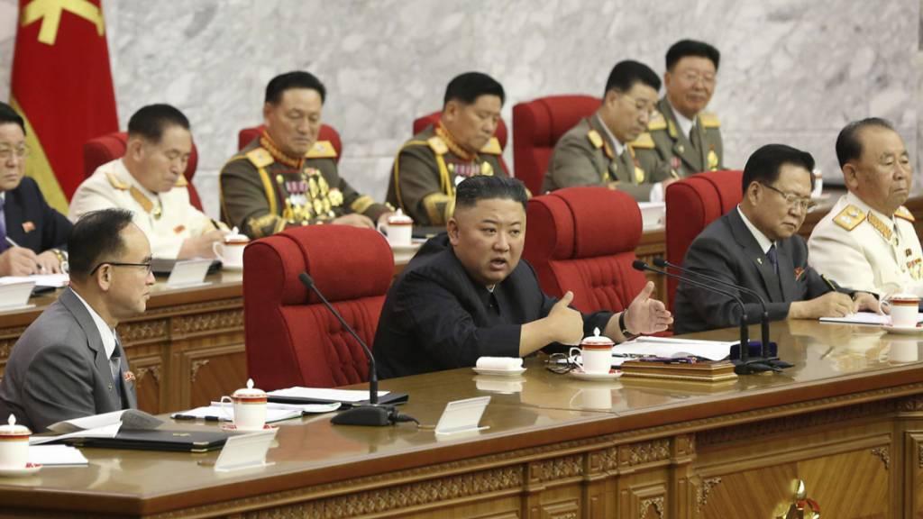 In diesem von der nordkoreanischen Regierung zur Verfügung gestellten Foto spricht der nordkoreanische Machthaber Kim Jong Un (M) während einer Versammlung der Arbeiterpartei. Foto: KCNA/KNS via AP/dpa - ACHTUNG: Verwendung nur bis 14 Tage nach Sendedatum