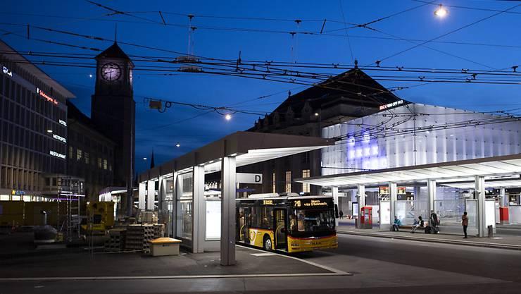 Blick auf den am 31. August eingeweihten neuen St. Galler Bahnhofplatz mit der markanten SBB-Ankunftshalle in Form eines Glaskubus.