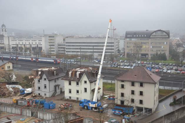 28. November: Die Bagger sind aufgefahren und zerlegen die Dachstöcke.