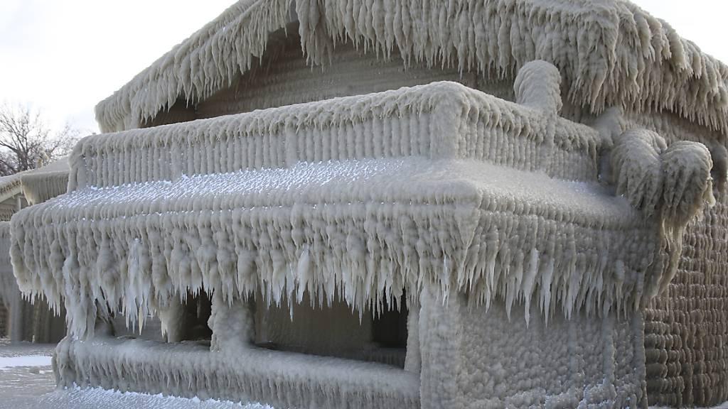 Märchenhafte Bilder: Dicke Eisschicht bedeckt Häuser in USA