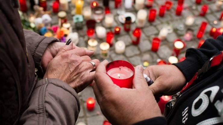 Bei der Anlaufstelle für Flüchtlinge in Berlin trauern die Menschen um den vierjährigen Jungen, der von einem Mann entführt und getötet worden ist.