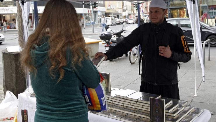 Verbieten oder nicht? Der Umgang mit der Koranverteilaktion ist schwierig. Im Bild eine Szene aus Deutschland vor dem dortigen Verbot von Lies!.