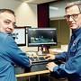 Michael Schibler, Dienstchef Verkehr und Umwelt, und Ruedi Scherer, Abteilungschef Mobile Polizei, begutachten ein Video eines Schnellfahrers.