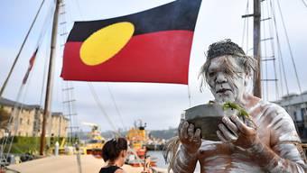 Koomurri-Tänzer nach einer Rauchzeremonie am Nationalfeiertag in Australien. Der Australia Day erinnert an die Ankunft der ersten Flotte mit Siedlern aus England im 18. Jahrhundert.