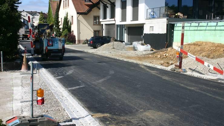 Die neue Dorfstrasse von Oberbözberg nimmt Gestalt an.  lp