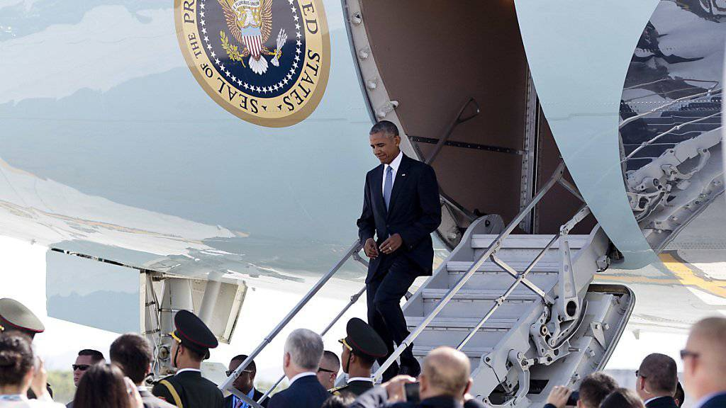 Weil keine Rolltreppe bereit stand, musste US-Präsident Barack Obama bei der Ankunft zum G20-Gipfel in Hangzhou einen Nebenausgang der Air Force One benutzen.