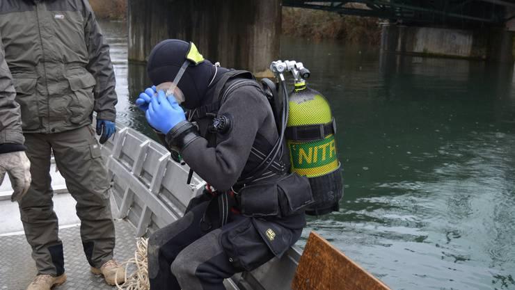 Die Taucherin macht sich parat für die Abfallsuche im Wasser