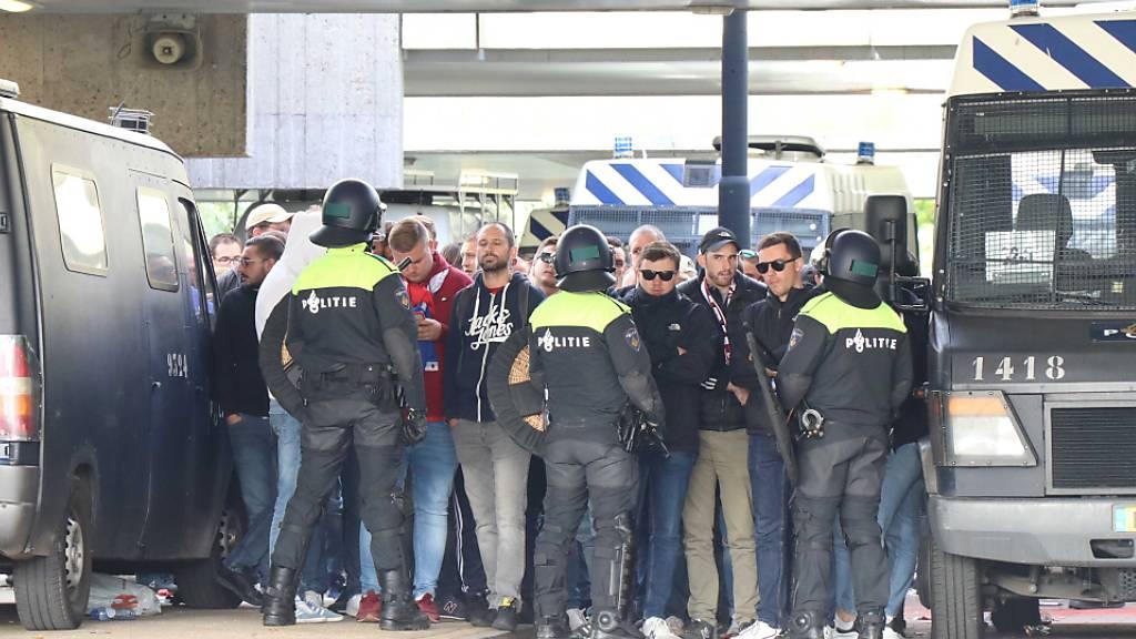 Amsterdamer Polizei nimmt über 300 Fans von Lille fest