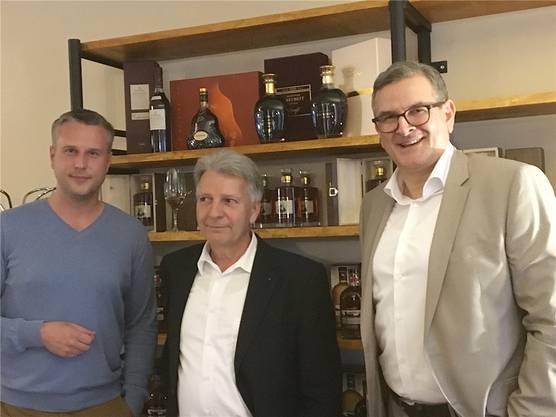 Zufriedene Gesichter bei der Eröffnung: Rolf Kasper, «AargauHotels.ch», flankiert von Philipp Gloor, Terrial AG, und «art cigar»-Betreiber Christoph Nyfeler (li.).