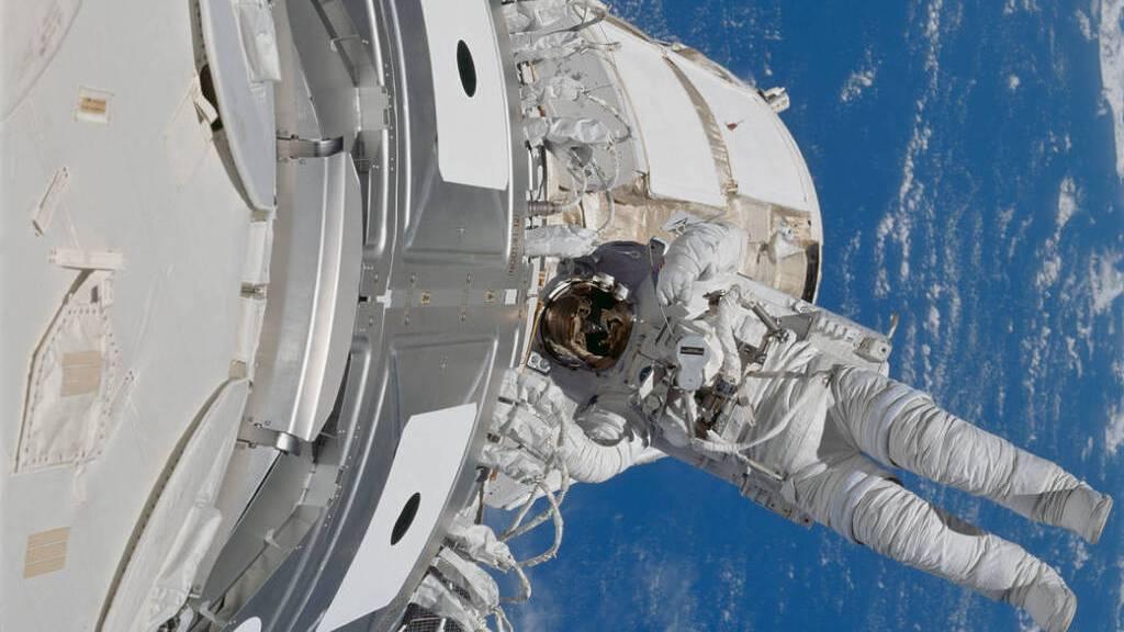Ein ISS-Astronaut im Ausseneinsatz. Sein Alltag ist gelinde gesagt kurios: Kaffee ist entweder aus Pipi oder kostet 100'000 Dollar, Guetzli darf er zwar backen, aber nicht essen, weil sie für die Forschung bestimmt sind und seine volle Windel endet als Sternschnuppe (Symbolbild Nasa)