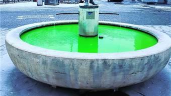 Das Wasser des Fischlibrunnens am Aarauer Graben war giftgrün.