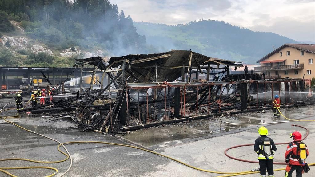 Lagerhalle bei Brand komplett zerstört – Schaden in Millionenhöhe