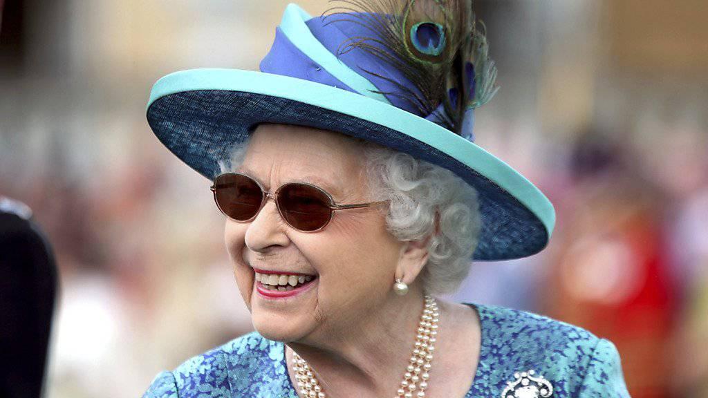 Die britische Königin Elizabeth II. hat sich einer Augenoperation unterziehen müssen. Deshalb trug sie eine Sonnenbrille.