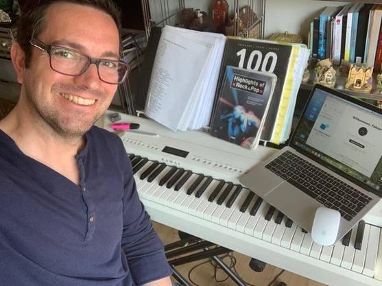Gesangslehrer Fabian Heynen beim Unterricht Zuhause