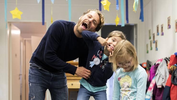 Wenn Olivier Jäckle vorbeikommt, geht im Kindergarten Birmenstorf die Sonne auf, der FCA-Spieler ist ein beliebter Gast.