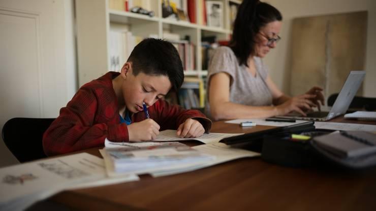 Von zu Hause aus arbeiten und sich gleichzeitig noch um die Kinder zu kümmern, stellt für Eltern eine grosse Herausforderung dar. (Symbolbild)