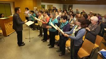Gemeinsame Probe: Dirigent Simon Haefely übt mit den Kirchenchören Neuendorf und Herbetswil in der Dorfhalle Neuendorf das Frühlingskonzert ein.
