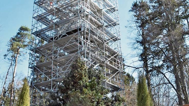 Der Maiengrün-Turm wird eingerüstet.