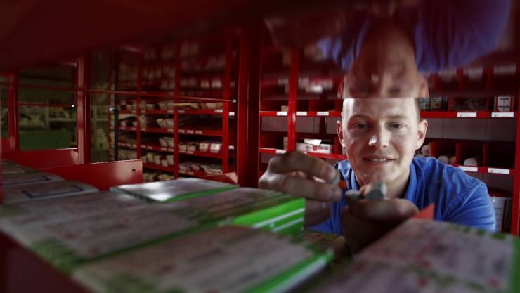 Tobias Studer von der Jost Baden AG ist auf der Suche nach einem Elektroinstallateur.