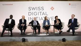 Von links nach rechts: Tidjane Thiam (CEO Credit Suisse), Ringier-CEO Marc Walder, Bundespräsident Ueli Maurer, Gillians Tans (CEO Booking.com), Alt-Bundesrätin Doris Leuthard, Brad Smith (Präsident Microsoft). (KEYSTONE/Salvatore Di Nolfi)
