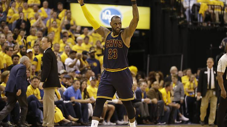 Feiert sich und sein Team nach einer unglaublichen Aufholjagd: Clevelands Superstar LeBron James