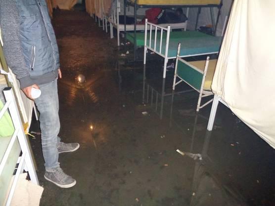 In Bihac stehen die Schlafzelte der Flüchtlinge unter Wasser.
