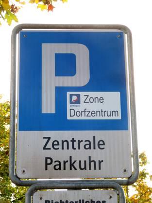 Im Dorfzentrum ist die Möglichkeit von Parkingpay signalisiert.