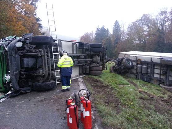 Der Lastwagen samt Anhänger kippte beim Unfall auf die Seite.