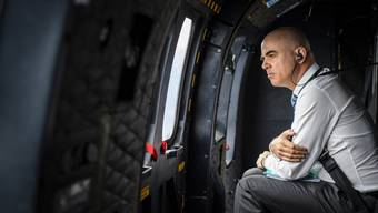Krisenmanager im Helikopter: Bundesrat Alain Berset auf dem Weg in den Kanton Graubünden.
