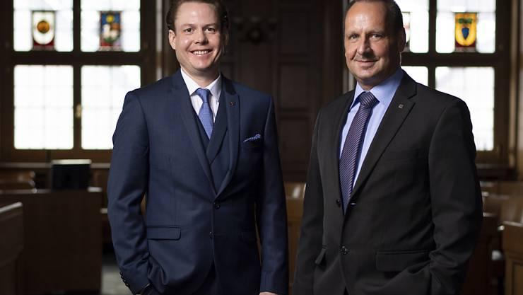Die neu gewählten Ausserrhoder Regierungsräte Yves Noël Balmer (SP), links, und Hansueli Reutegger (SVP), posieren in Herisau.