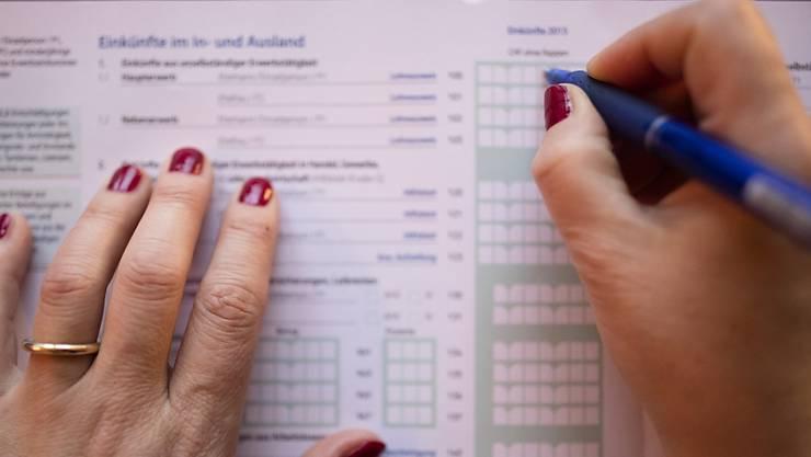 Ehegatten bzw. Partner(innen) können für Versicherungsprämien und Sparkapitalzinsen in der Steuererklärung bisher maximal 4000 Franken vom Einkommen abziehen. (Symbolbild)